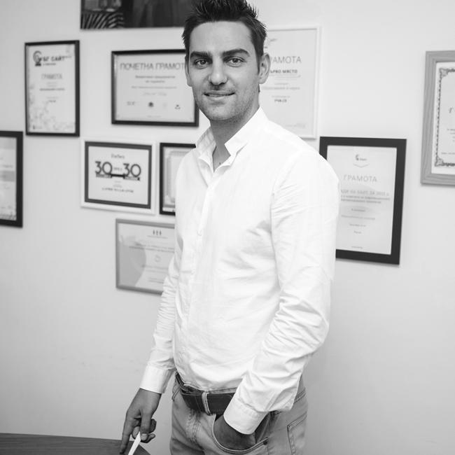 """Дарин МаджаровДарин е създател на Уча.се - платформа с видео уроци, помагаща на учениците в съвременният свят да учат бързо, лесно, интересно и да подобряват успеха си, който за кратко се превърна в едн от най-влиятелните личности в страната ни. Той влезе в класацията на Форбс """"30 под 30"""" бъдещи лидери на България и ни спечели освен с интелигентното си присъсвтие и с чаровната усмивка и добрия външен вид."""