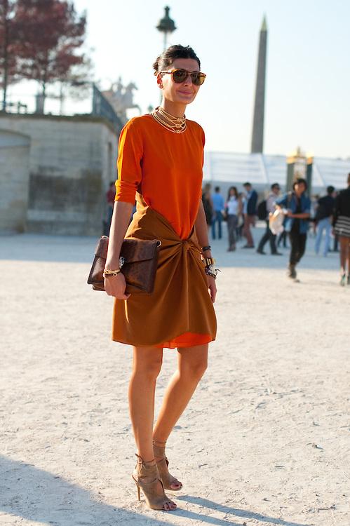 О, да! Шик и леко класическа рокля с интересна кройка и перфектна дължина. Добра препратка са ненатрапчивите сандали със собствена линия в комбо с принтираната анимал Bvlgari чанта. Перфектен подбор на бижута в златисти нюанси, излълчващи жизнен блясък, допълващ базисната цветова гама.