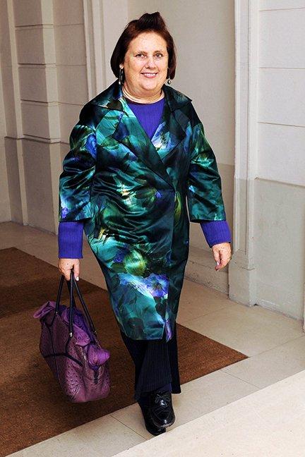 Каквото и да облече Сузи, винаги е налице клишето, че, познавайки позицията й, всичко от гледна точка на ексцентричност може да се понесе. Абсолютно сме съгласни, но нека си поговорим малко, все пак. Перфектно съчетание на цветове и текстури, натрапчиво шанженираният блясък на палтото в съотношение с фигурата идва too much, добавяйки още по-голямо три-де на габаритността. Като цвят, разрушаващ перфектните сини нюанси, чантата фигурира добре, но, като модел, о, не, c'est démodé.
