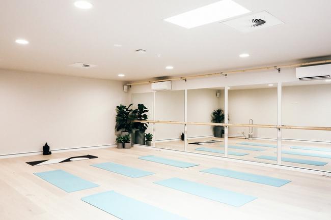 """The Well / Кладенецът Отговорът на """"Бонди""""  към един холистичен здравен център може да се похвали с редица фитнес класове, пилатес, Barre и бокс през тренировки с инструктори и йога, до терапии за ума и тялото, които включват: акупунктура, правилно хранене, масаж и психология. А когато приключите с тренировките, може да се отпуснете в кафенето, където се сервират вкусна сезонна храна. С шикозен, минималистичен интериор и с лице към най-известната брегова линия на Сидни, The Well Фитнесът."""