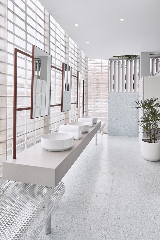 Paramount Recreation Club / Paramount Разположен на покрива на хотел Paramount House, Suram Hills, този лек и просторен фитнес център е потопен в ярко бели, сиви и бебешко сини тонове. Окачените саксии с цветя и градината, окупирана от кактуси, допринасят този фитнес и развлекателен център да се припознава общо като място за отдих. Съсредоточен върху силови тренировки и координация, този бутиков стил на фитнес е вече доста разпространен, формулата работи.
