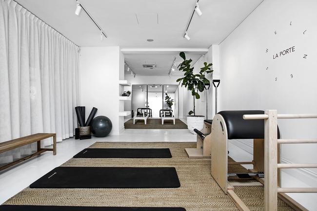 La Porte Wellness / Уелнес в LaPorte Създаден по модел на възхитителния, естетически приятен фитнес в Roseby, Сидни, La Porte Wellness е най-новото допълнение в гамата. Предлага пилатес, йога, медитация, правилно хранене и инфрачервена сауна. Пространството му е боядисано с успокояващите нюанси на бяло с дървени елементи за завършек, с мебели от плетена ракита, листа от смокини и месингови елементи в банята. Това място се придържа към подхода колкото по-малко, толкова по-добре, можем само да предположим, че този център ще се окаже толкова популярен, колкото неговите сестрински студиа и офиси.