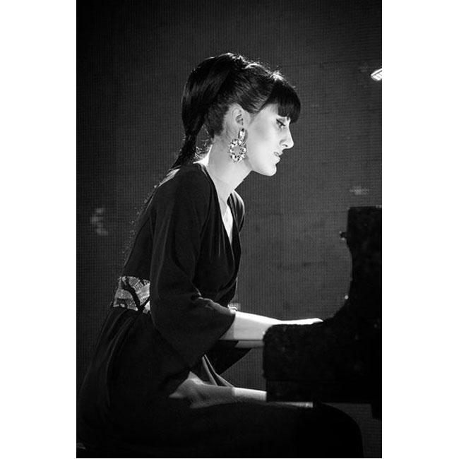 Мария КаракушеваТя е виртуозна пианистка, музикален иноватор и много красива жена, чиято цел се изразява в това да достига с класическата музика, която изпълява, до максимален брой хора. Немалко причини, поради които да я харесваме, да й се възхищваме и да следимизкъсо всичко, с което се захване.