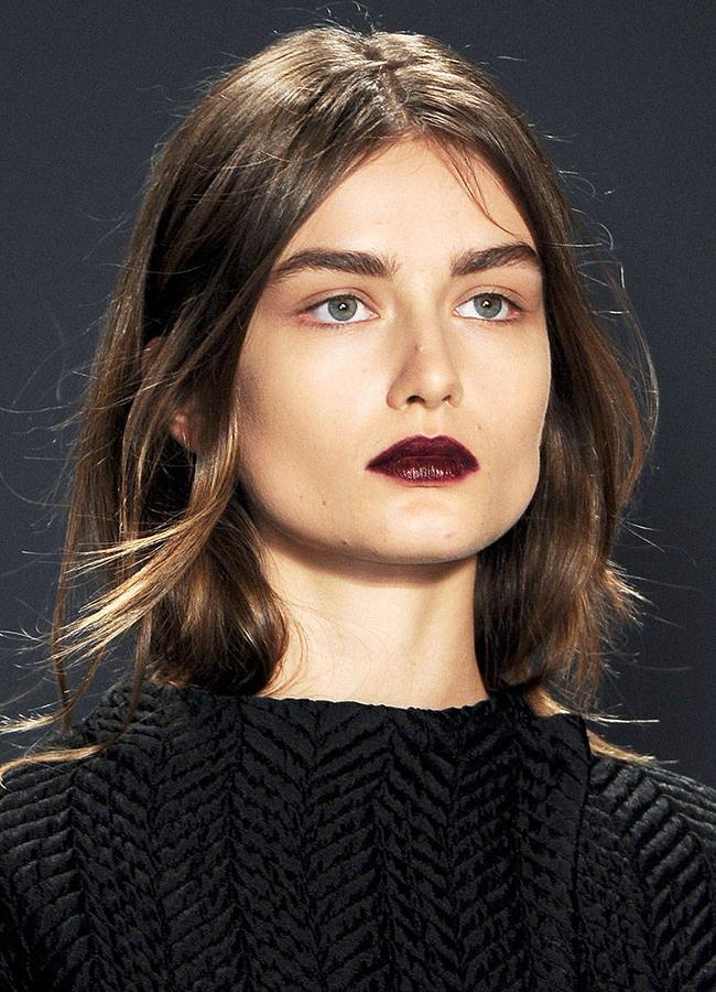 Vera Wang, fall 2013Бургундсо оцветените устни не могат да имат по-добър фон от изящната липса на акцент наоколо им.