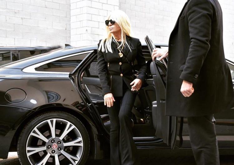 Този фешъм маратон започва с едно семпло, изчистено по форма комбо, аранжирано с разпознаваема Versace детайлировка в злато. Като ансамбъл много добре отговаря на формата на тялото на въпросната дама, а същевременно и фунцията му е перфектна, давайки възможност за носене от утро до вечер.