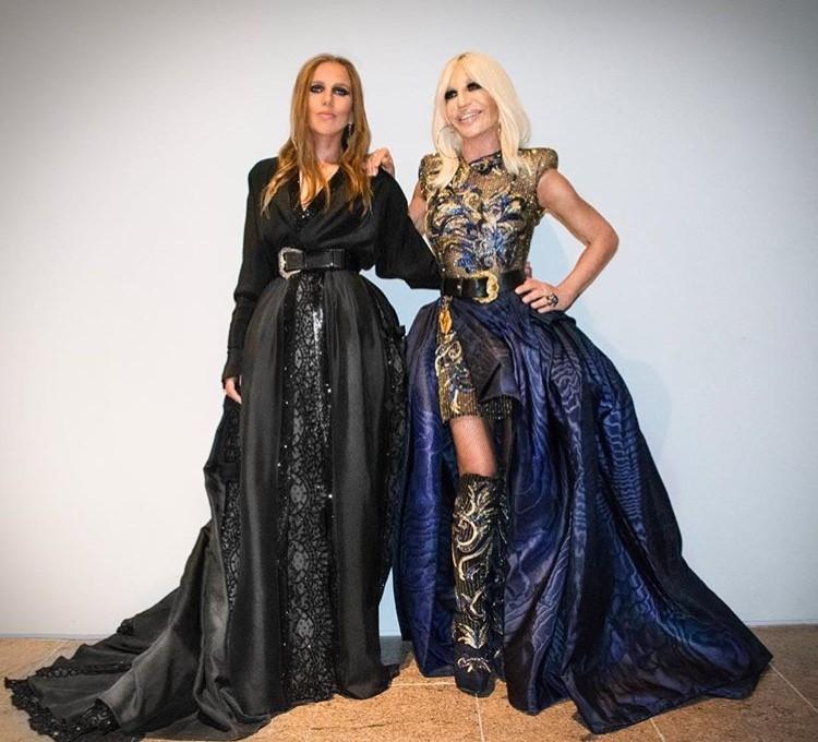 МЕТ гала, Versace къщата - домакин. Ясно и разбираемо е старанието на Донатела да изглежда грандиозно и луксозно. Но, съгласни сме, това късо рокленце с много мъниста, отгоре подпухнала пола от тафта с дълбока цепка, а на краката, again, копита с мнооооого мъниста. И всичко е много и всичко е ОК, но и не е. Повече внимание привлича Алегра и изисканата й визия, въпреки странието да не е от най-забележителните на събитието.
