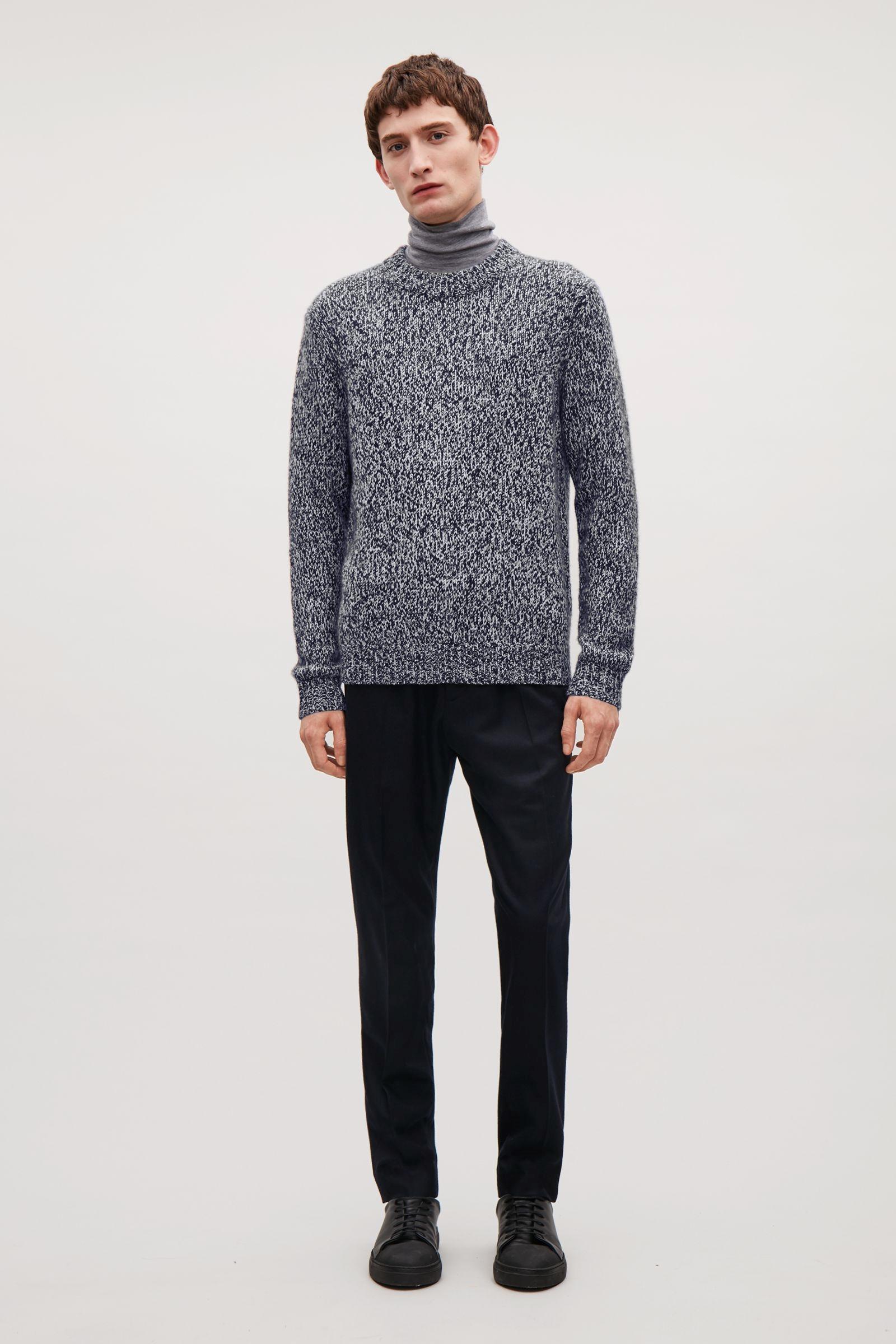 Пуловер Cos Както споменахме в дамския списък с подаръци, кашмирът е особено подходящ за коледен подарък. Тук избраният идва с релаксирана кройка и двуцветни сиви влакна. 386 лв.