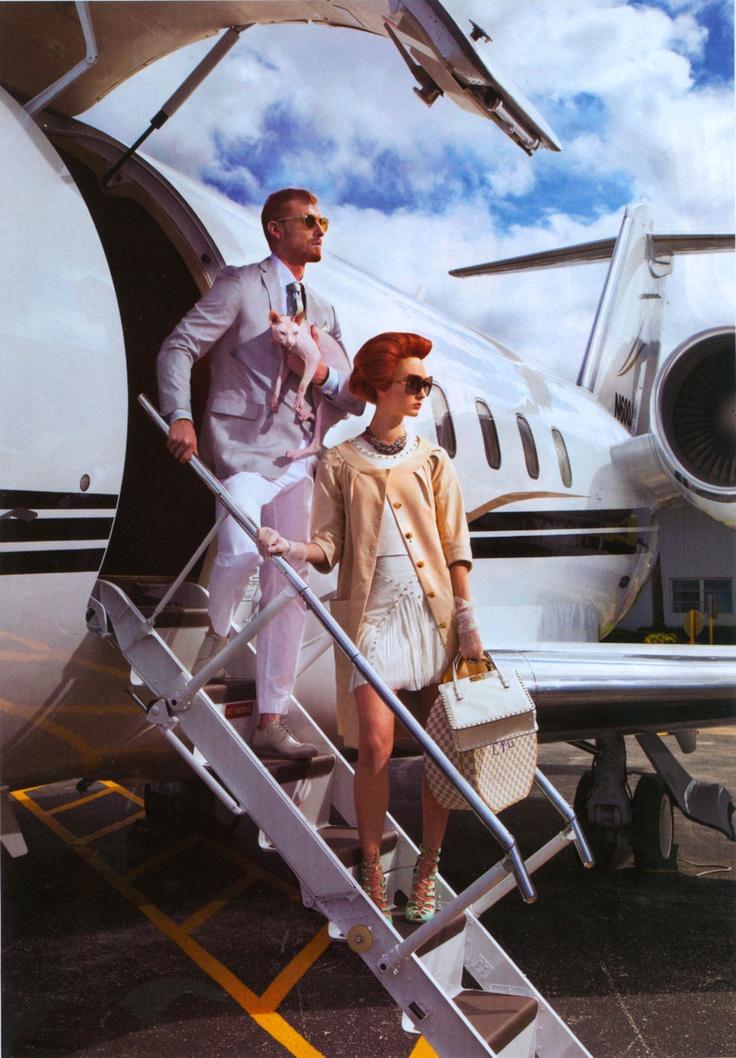 Самолетни билети Самолетен билет за изненадваща дестинация винаги ще послужи като добър подарък, а с наближаването на празниците, все повече авиокомпании правят допълнителни отстъпки към цената.