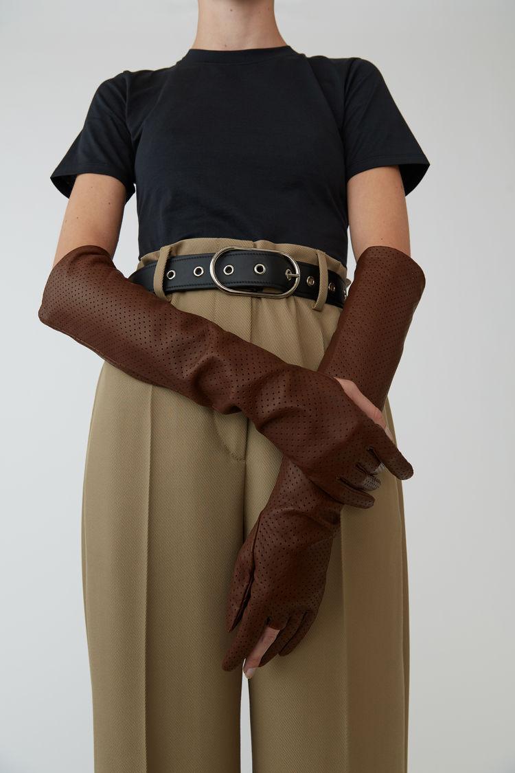 Acne Studios 823лв. Изрязаният палец и среден пръст на модела ни карат да се зачудим относно замисъла извън идеята за непрактичност.