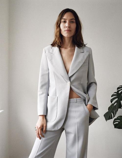 Алекса Чънг Модел и редактор на Vogue UK, Алекса Чънг представи първата си модна колекция в Лондон през май тази година. След няколкото колаборации с Marks & Spencer, Madwell и AG Jeans, 33-годишната британска модна икона създаде гардероб, отразяващ нейната магнетична същност. Всички силуети са повлияни от 70те.