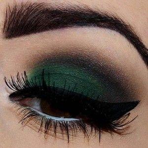 Отново зелено, но този път, съчетано с наситено черно и акцентираща плътна очна линия.