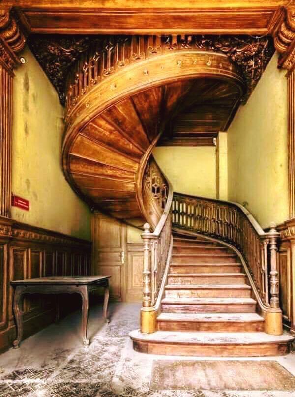 Красиво стълбище в изоставена 110-годишна къща в Мисури