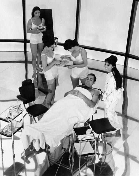 """Шон Конъри и Гени Роланд на снимачната площадка на """"Ти само два пъти живееш"""", 1966 година"""
