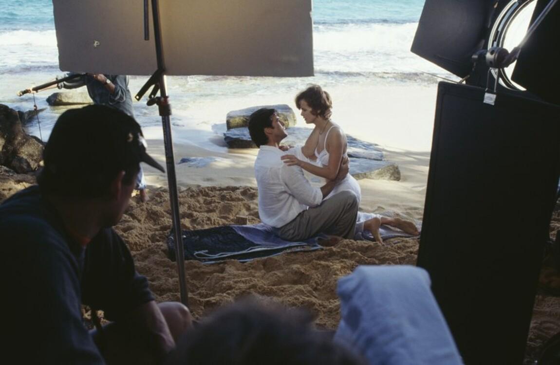 """Пиърс Броснан и Изабела Скорупко на снимачната площадка на """"Златното око"""", 1995 година"""