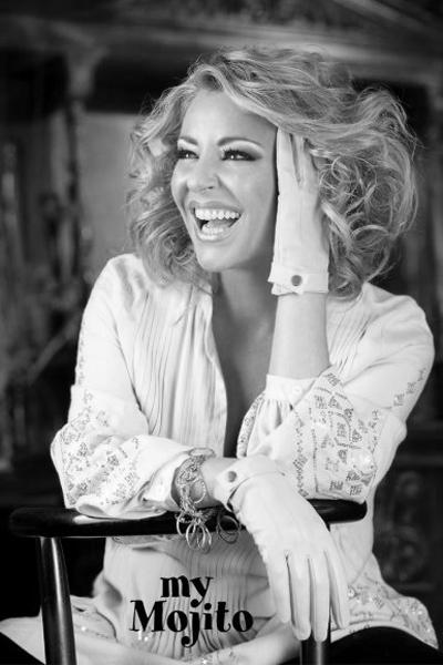 Хилда Казасян Джаз певицата разтопява смеден глас, красиви и дълбоки кафяви очи и топла позитивнаусмивка.