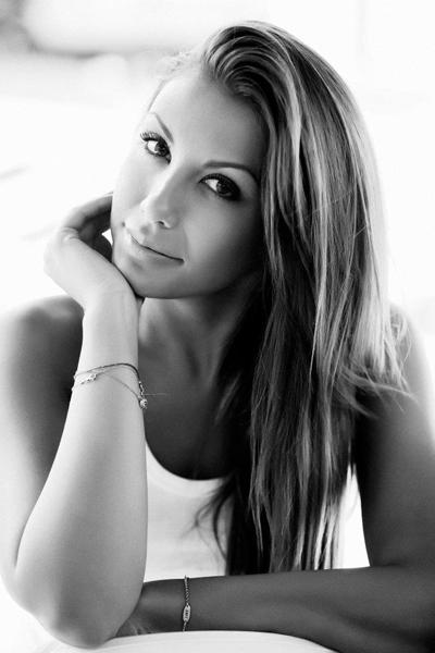 Венета Харизанова Тя е трета по красота в света сред омъжените и зае престижното място след конкурса