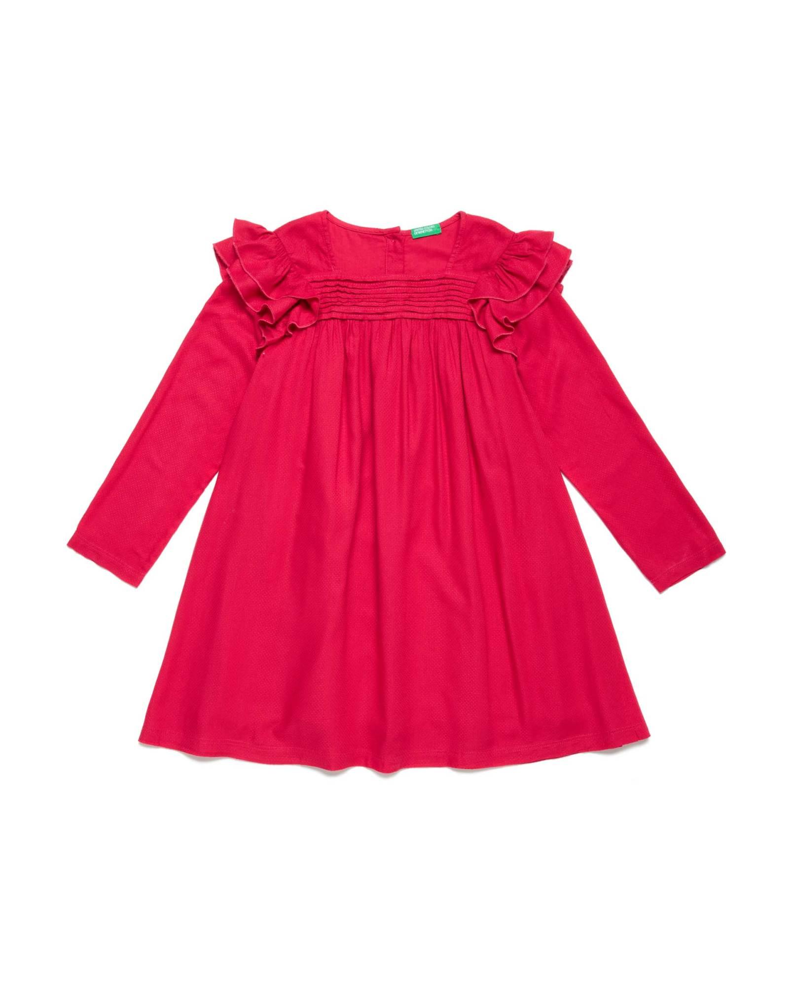Little lady in red от Benetton Сладка червена рокля с декоративни елементи по нея и нежно двойно закопчаване на гърба. Цена: 79,90 лв.