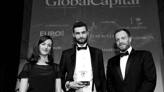 """Александър Каролев  Каролев-младши печели титлата Най-забележителен инвестиционен банкер в областта на синдикираните заеми на развиващи се държави (Most Impressive Emerging Market Bond Syndicate Banker) в класацията на Global Capital Bond Award съвсем в края на миналата 2017-та година и с гордост си я носи цяла 2018-та. От цялата титла успяваме да възприемем само """"най-забележителен"""", какъвто и е - млад, красив, успешен, съответно и щастливо женен, но всеки си има своите недостатъци. Александър е вече бивша тенис надежда, защото находчиво заменя тенис ракетата с увлечението си по банковото дело, което му печели въпросната титла, място в класацията The best 40 under 40 (инвестиционни банкери) и доста успешна кариера. Ако беше Гришо, да кажем """"Мачкай, Сашо"""", но за инвестиционен банкер някак не върви, нали? снимка: КАПИТАЛ"""