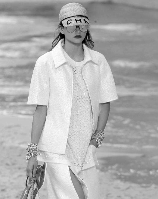 Белослава Хинова 16-годишната Белослава е най-новата ни гордост на модния подиум. Българската Кая Гербер - както всички дружно я нарекохме,закри парижката Модна седмица, облечена от глава до пети в Chanel и стилизирана от самия Карл Лагерфелд. На родна земя моделът също не страда от липса на внимание и нови проекти като едно от новите лица на Ivet Fashion MA, а ние от екипа й желаем все повече и дори по-големи такива успехи! Бел, прекрасна си! снимка: Indigital