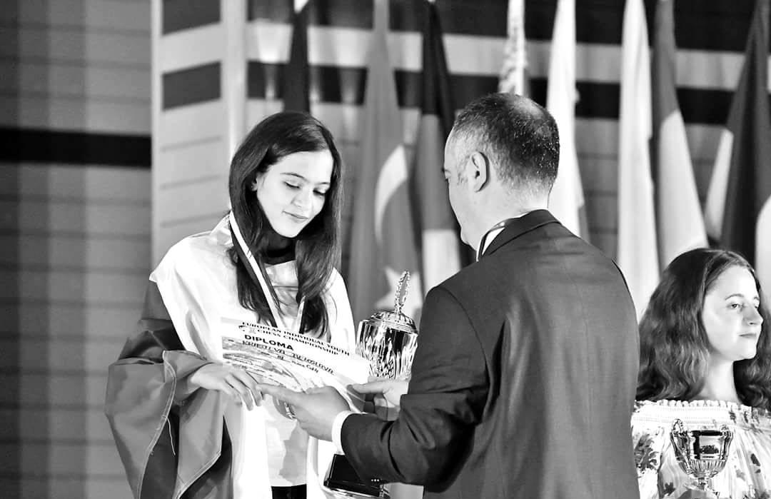 """Белослава Кръстева Красивият ум на 13-годишната Белослава й печели първо място сред най-младите национални състезатели по шахмат. Още преди 6 години, когато за първи път участва на състезание по шах, бива наречена """"дете-чудо"""", сега вече е млада дама, Белослава зарадва всички ни с представянето си на Световното първенство по шахмат в Халкидики, Гърция. Бела, бронзов финалист от европейските първенства за 2017-та и 2018-та година, е една от малкото на брой състезателки в турнира, завършили без нито една загуба. Играта на Белослава в последния кръг я класира на 12-то място, а мечтата й занапред е само да се състезава за България. И ние се надяваме, Бела! снимка: Facebook"""