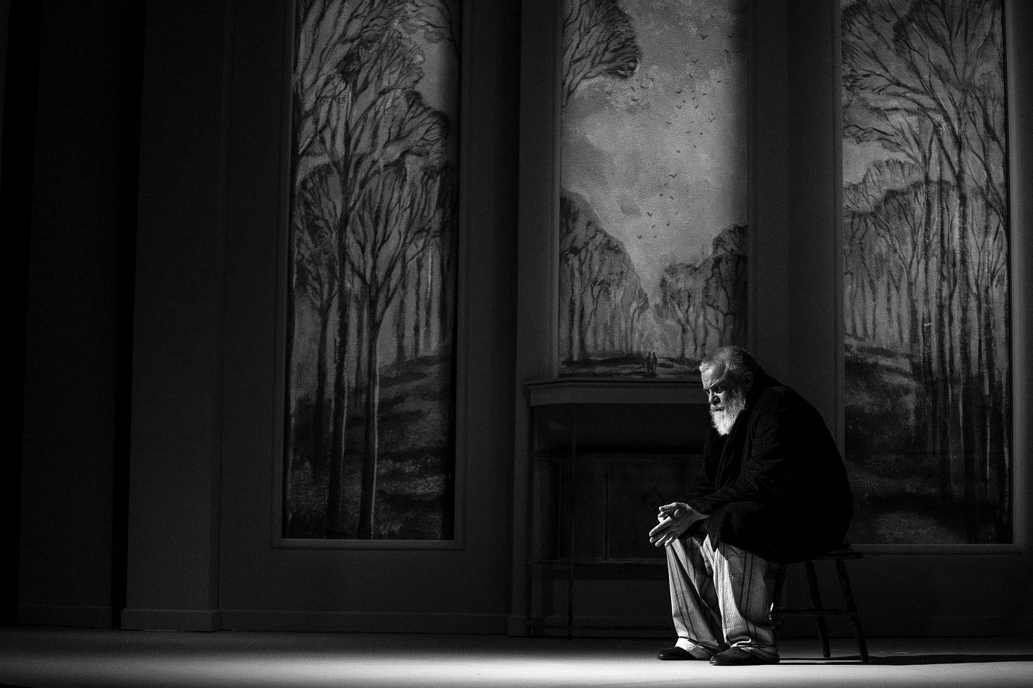 Владо Пенев Още един заслужил юбиляр намира място в класацията ни – Владо Пенев навърши 60 през октомври, и също отпразнува юбилея си на театрална сцена. Ченге, директор на болница и какви ли още не роли ни демонстрира Владо от малкия екран, но, все пак, най-голямото удоволствие е да наблюдаваме как таланта му завладява всяка театрална сцена, която заслужава да се прегърне с енергията му. снимка: PRESS