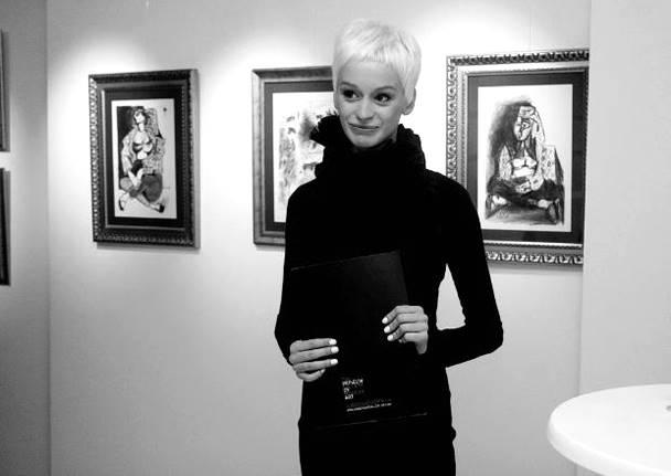 Деница Атанасова Красива жена сред красиво изкуство - какво повече е нужно в тоя живот. Прическата й е ултра тренди, галерията Oborishte 5, нова рожба на новия софийски културен небосклон, на която е куратор, е fashion location must have! снимка: View Sofia