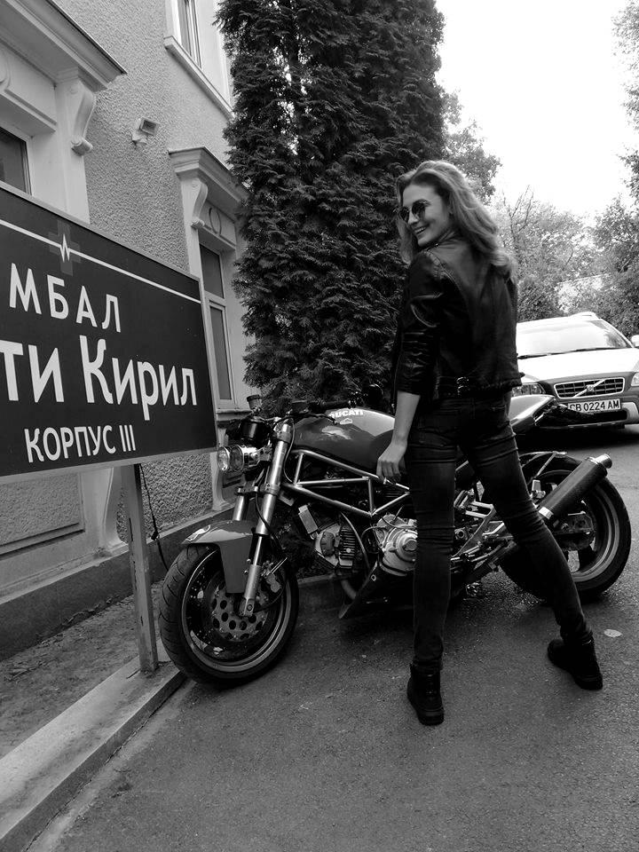"""Диана Димитрова С тази визия, този талант и този пленителен поглед, никоя болница не би страдала от липсва на пациенти – единственият спад би настъпил, ако д-р Огнянова случайно спре да практикува. Ние редовно ходим на лекар, и редовно крадем по малко от живота на хубавата Диана в """"Откраднат живот"""", защото обичаме да попиваме от чара й. А вие? снимка: Facebook"""