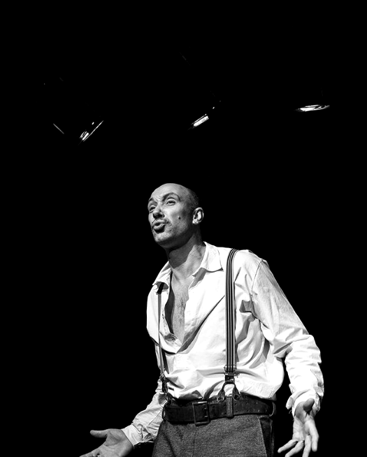 """Захари Бахаров Когато не раздава крупни суми от малкия екран и не се превъплъщава в ролята на доста стегнат дядо Коледа, Захари Бахаров заслужено отдава време на призванието си – завладява театралната сцена с огромния си и безспорен талант. Ей така най-много го харесваме! Моноспектакълът """"Чамкория"""", по режисура на Явор Гърдев, му донесе не само вълна от овации, а и ИКАР в категория Най-добър актьор. снимка: Instagram"""