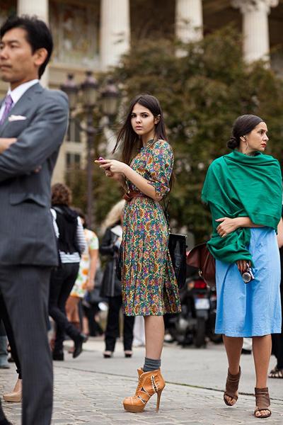 Бабината рокляБабината рокля с чифт вълнени чорапи и висок ток ще те пренесев ретро приказкабез край. via The Sartorialist