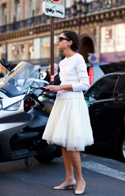Ледената кралица бял пуловер  +бяла пола от тюл________________ сърчицаvia The Sartorialist