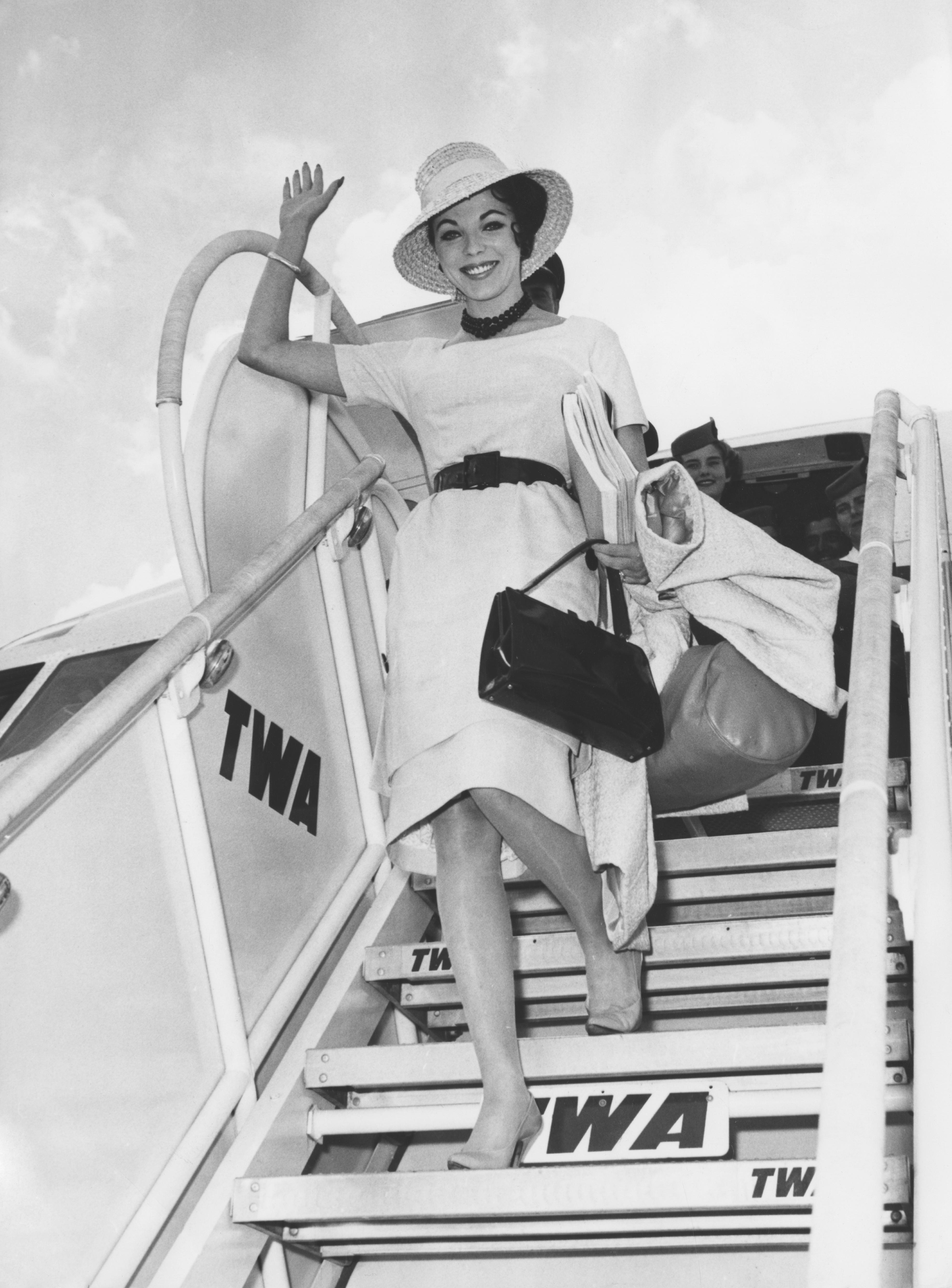 Джоан Колинс Кой как избира да се рекламира: Джоан Колинс е Дядо Коледа за Valentino