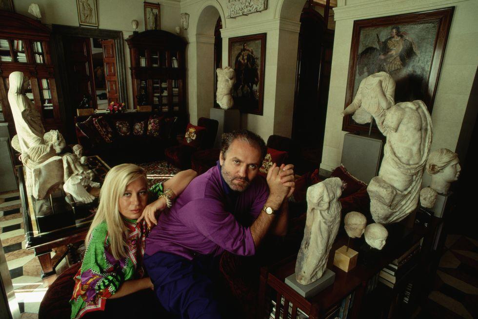 1990 година Официален портрет на брат и сестра Версаче в дома им в Милано, който събира зашеметяваща колекция от архивни произведения на изкуството и многобройни римски скулптури, от които дизайнерите черпят вдъхновение.