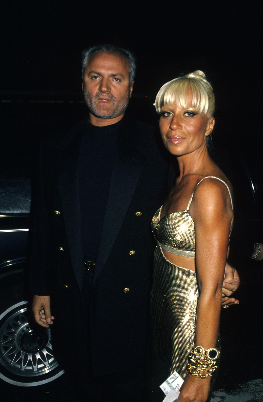 1994 година Джани и Донатела гостуват на Петата ежегодна Rainforest Foundation Benefit гала вечер. Златистата рокля е моделът Оротон, останал в историята като най-емблематичното творение на Джани.