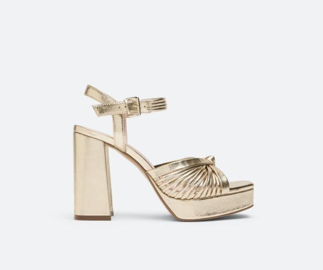 Сандали Uterque от 240 на 150 лв. Златните сандали на висок ток и платформа са точното попадение в тенденциите на настоящия сезон, добавяйки щипка звезден прашец ала Saint Laurent във вечерната естетика.