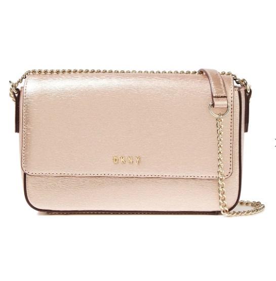 Чанта DKNY 155 лв. Малката чантичка в розово злато освен всичко друго е и много практична. Дългата златиста верижка позволява да я носим през тяло, правейки я изключително подходяща за вечери навън.