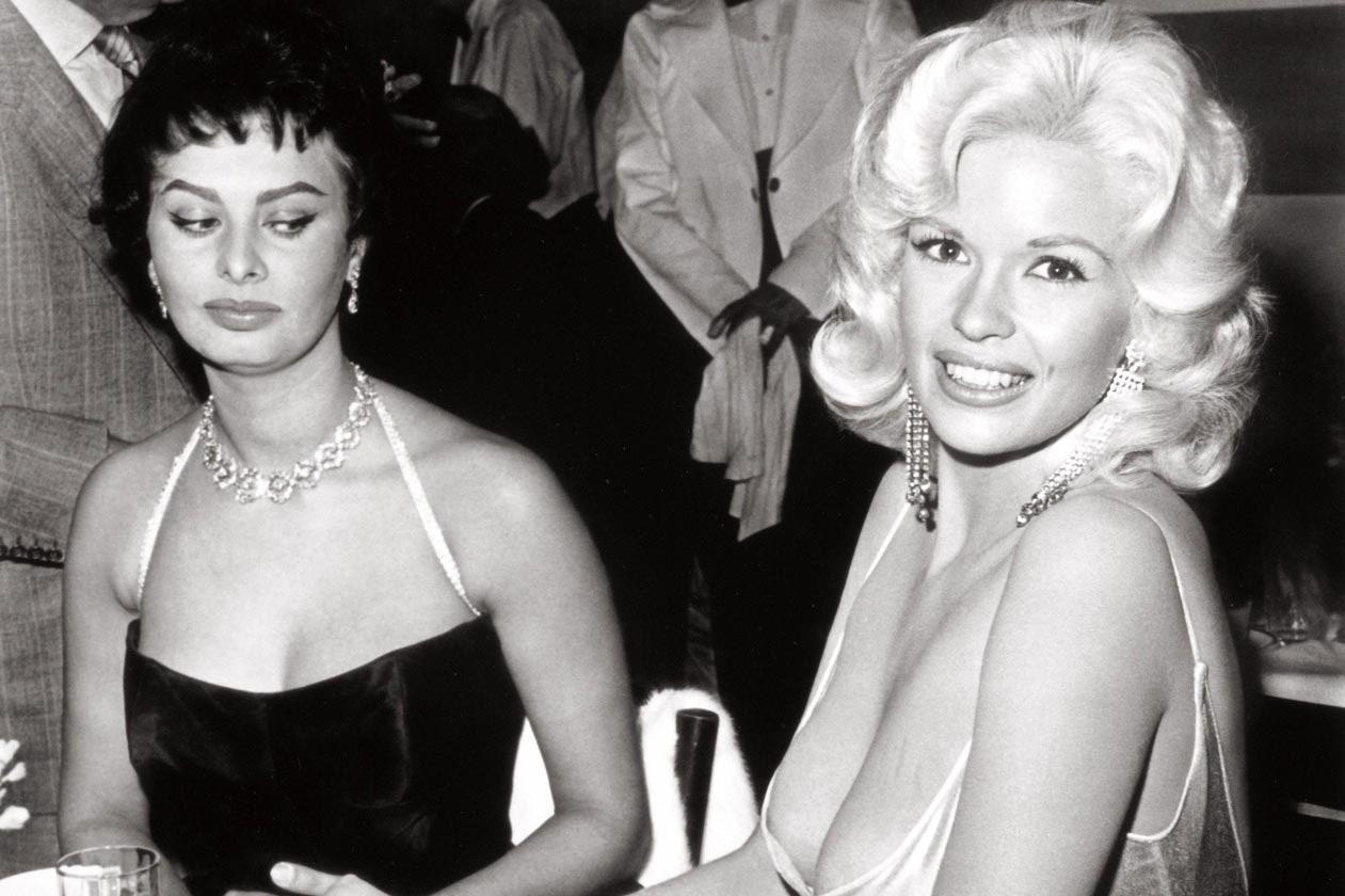 """София Лорен: """"Мислех, че всичко ще изпадне от роклята й"""". Историята зад легендарната снимка с Джейн Мансфийлд"""