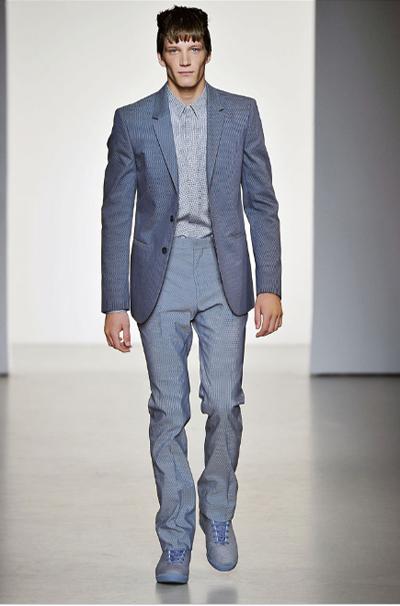 Три измеренияСтъпка първа: Избираш риза с много дребен принт в два нюанса или с текстура. Стъпка втора: Добавяш панталон с цвета на по-тъмния нюанс от ризата. Стъпка трета: Нека сакото в същия цвят, само че в драстично по-тъмен нюанс. Ако ти се струва твърде сложно, но същевременно скучновато, нека обувките да са в силен цвят. Calvin Klein Collection SS2011