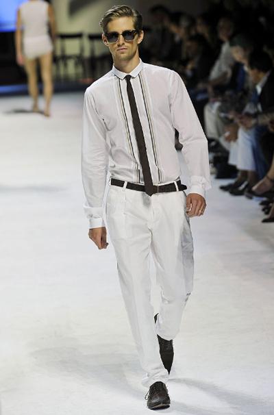 Без сако Сицилианският шик е лесно постижим, стига панталонът да е с ниска талия и басти, а ризата ти да има поне една шарка. Тънката вратовръзка е трик, който е добре да запомниш. А сакото липсва, защото просто не ти трябва!Dolce&Gabbana SS2011