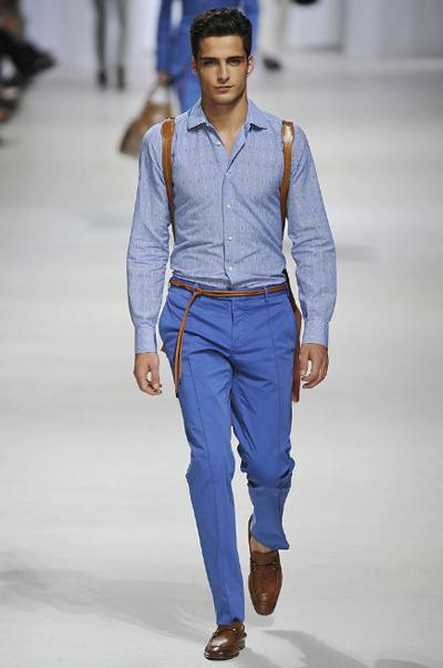 Без сако 2И ако много държиш да си без сако, ето точно това, което трябва да направиш. Не забравяй винаги да съчетаваш в подобни случаи синьо с кафяво. Имаш нужда само от тънка риза в светло синьо и по-тъмен панталон с добра кройка. Намери си тънък плетен колан, който е задължителен аксесоар за лятото и класически оксфордски обувки с цвета на колана. Ermenegildo Zegna SS2011