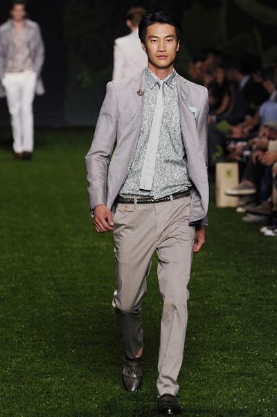 Тази вратовръзка, тези обувки!И брошка, за повече аристократизъм на иначе леко спортното съчетание. Никога не бъди скучноват, всичко е въпрос на детайли.Etro SS2011