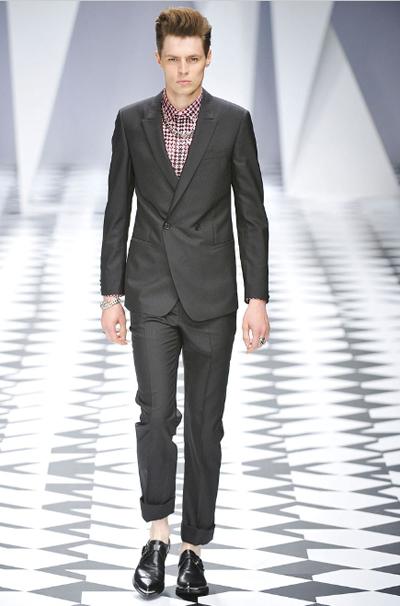 Точка 6 и точка 8 на едно място.Страхотна риза и сако с две копчета.Абстрахирай се от многото бижута или просто остави верижката върху ризата, но нека е по-тънка. Versace SS2011