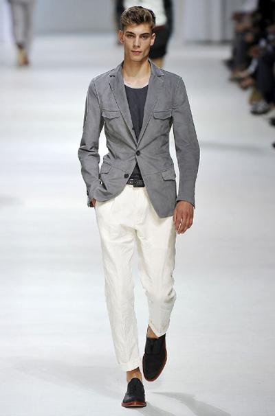 Бял панталон Едно от най-трудните неща в мъжкия гардероб е да накараш белия панталон да стои добре. Никакъв лен, никакви тънки материи! Плътен с класическа кройка
