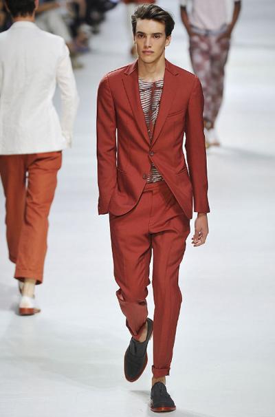 КеремидаТова е цветът, това е той, да. И е прекрасен и е точно в целта за лятото и не ти е нужно нищо друго освен сива класическа риза и тъмни обувки.Е, и момиче, хайде!Z Zegna SS2011