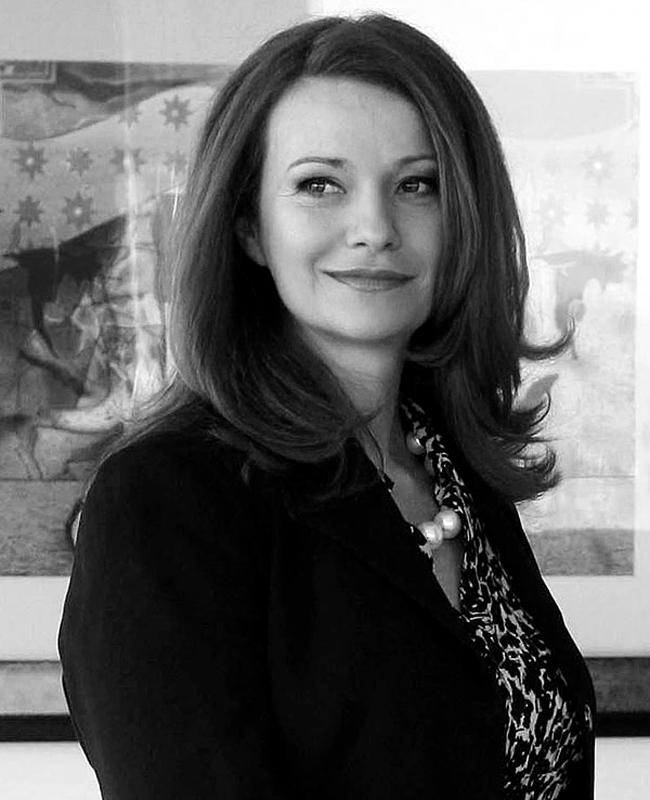 """Вяра АнковаНовият стар генерален директор на БНТ, който бе преизбран да управлява още три години обществената медия успешно поддържа нивото на националната телевизия, като залага на високия вкус и сериозна журналистика. Красива, силна жена, Вяра Анкова е изградила характера и кариерата си като дългогодишен водещ на """"По света и у нас"""", а после и като официален кореспондент от Атина, където известно време живее със семейството си. Майка на четири деца. Прекрасна."""