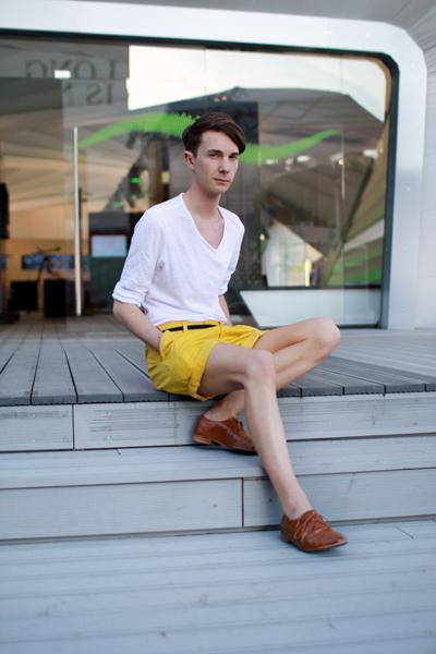 Патешко жълто с бяло и обувки в меко кафяво. Това трябва да е мъжът с най-слънчевите късипанталони.Напомня ни едновременно  на голямо пиле и на лимонада.(Stil in Berlin)