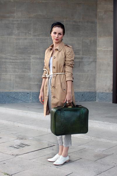 Тренча, обувките и панталона са супер! Спор няма.Първо се влюбихме в тъмнозеления куфар. После вдетайлите - бялото въженце около кръста, черната шапка, тъмно-червените устни и оранжевия цвят на ноктите.(Stil in Berlin)
