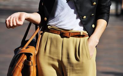 Camel или новото черно,съчетан с черно сако със златни копчета, заедно с колан и чанта в кафяво.Комбинацията на есента!(Jak & Jil)