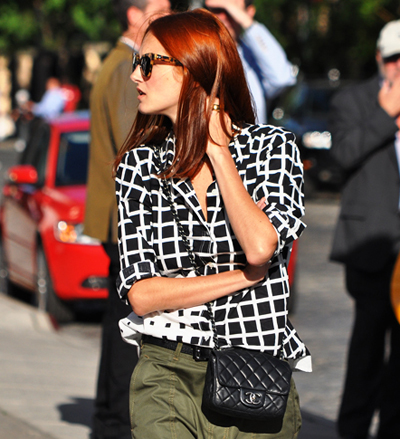 Черно-бяла риза сгеометричен принт, панталон в маслено зелено,очила с леопардови рамки,чанта в черно и червена коса. Перфектно като за финал!(Jak & Jil)