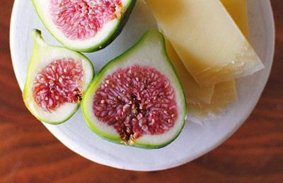 Пресните смокини сами по себе си са интериорен акцент... Доста вкусен при това. Закуската е пълноценна, ако съчетаем със сирене - ние ги предпочитамес прясно козе.OhJoy