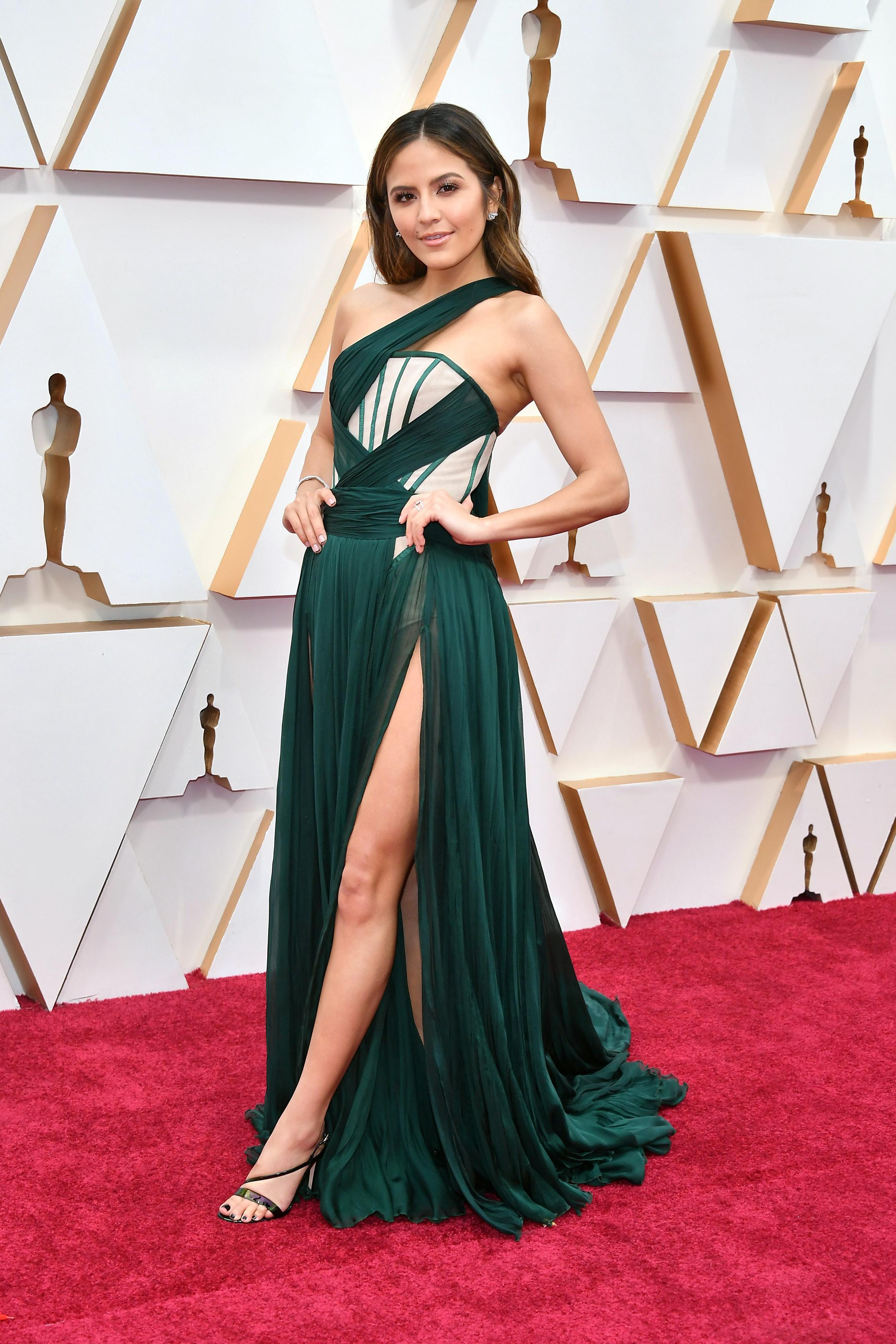 Ерин Лим в Kim Kassas Скучна рокля, която има за цел да е много секси, но резултатът е просто безвкусен.
